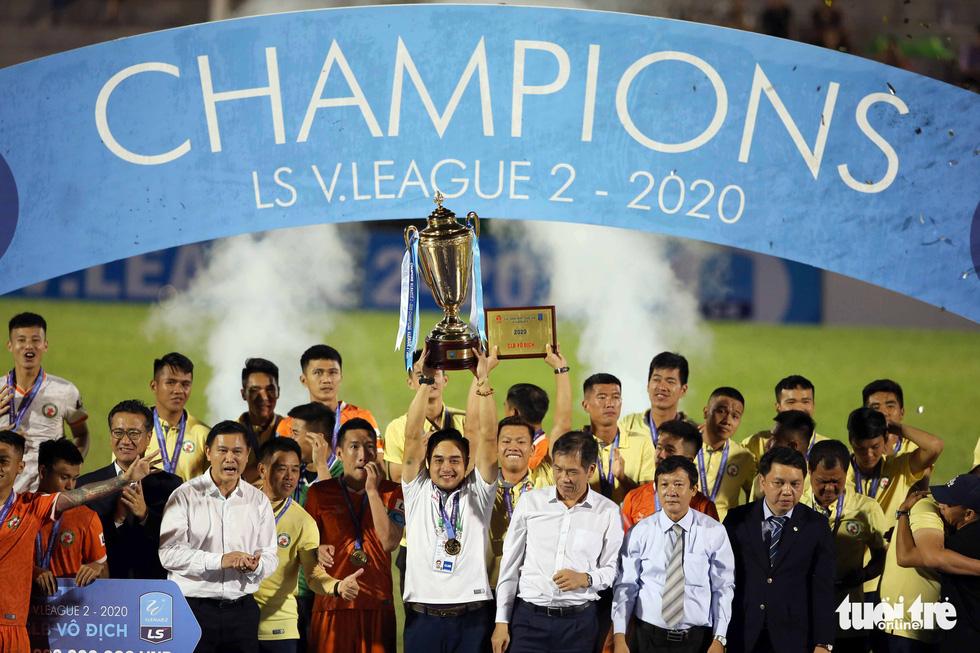 Khoảnh khắc Bình Định ăn mừng thăng hạng V-League sau 12 năm chờ đợi - Ảnh 10.