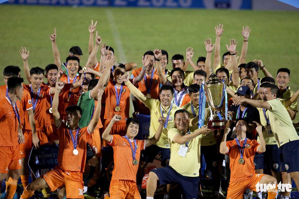 Khoảnh khắc Bình Định ăn mừng thăng hạng V-League sau 12 năm chờ đợi - Ảnh 11.
