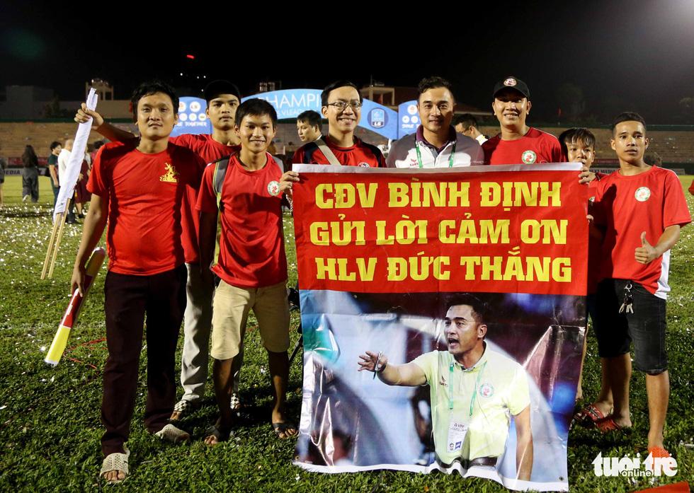 Khoảnh khắc Bình Định ăn mừng thăng hạng V-League sau 12 năm chờ đợi - Ảnh 12.