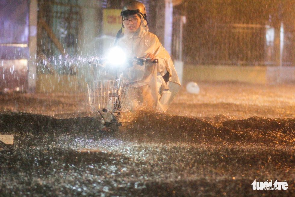 Mưa lớn đường Sài Gòn mênh mông dậy sóng, dân đắp đê ngăn nước - Ảnh 7.