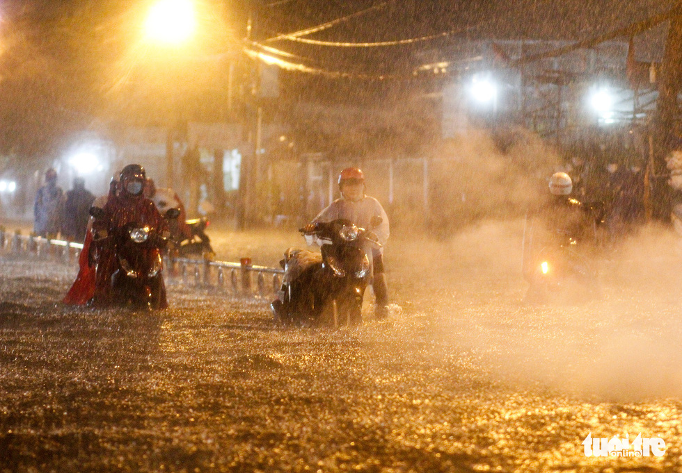 Mưa lớn đường Sài Gòn mênh mông dậy sóng, dân đắp đê ngăn nước - Ảnh 8.