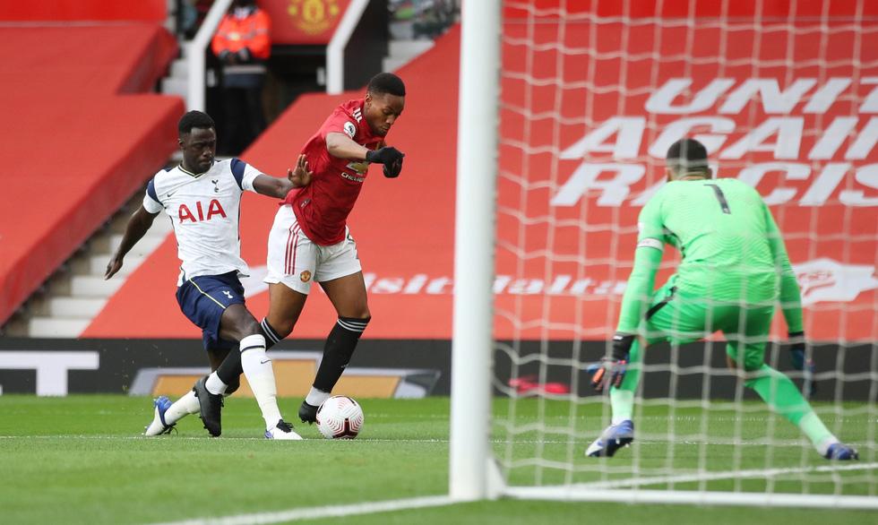 Những khoảnh khắc ấn tượng trong ngày Man Utd, Liverpool cùng bị nhấn chìm - Ảnh 2.