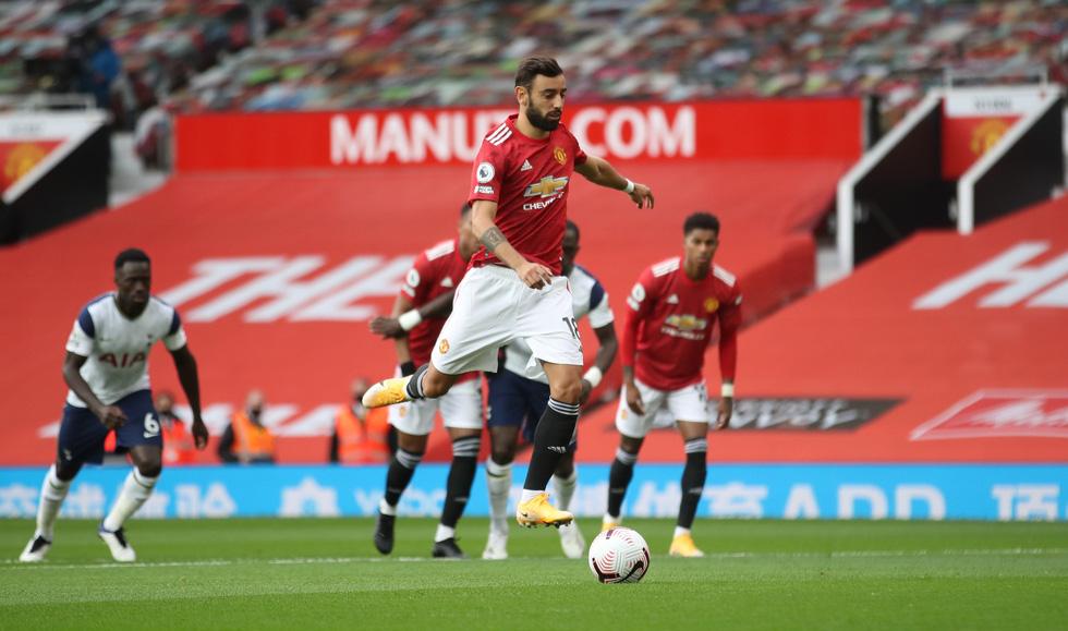 Những khoảnh khắc ấn tượng trong ngày Man Utd, Liverpool cùng bị nhấn chìm - Ảnh 3.