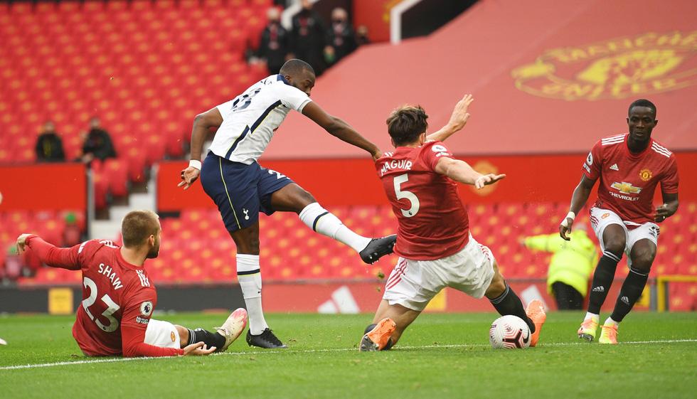 Những khoảnh khắc ấn tượng trong ngày Man Utd, Liverpool cùng bị nhấn chìm - Ảnh 4.