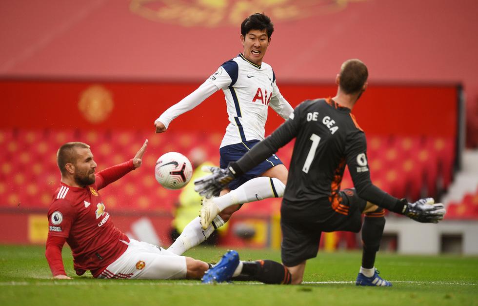 Những khoảnh khắc ấn tượng trong ngày Man Utd, Liverpool cùng bị nhấn chìm - Ảnh 6.