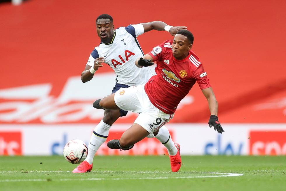 Những khoảnh khắc ấn tượng trong ngày Man Utd, Liverpool cùng bị nhấn chìm - Ảnh 1.