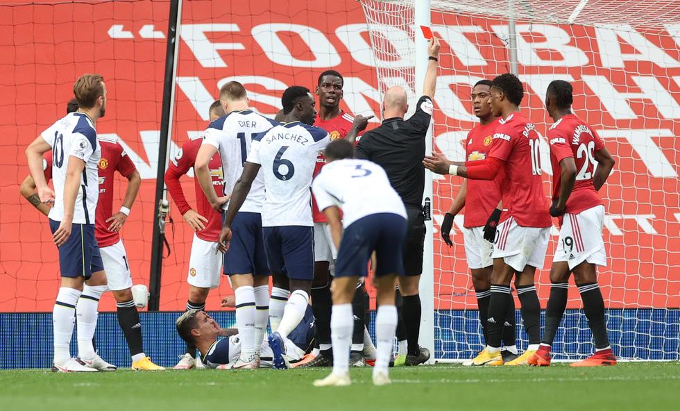 Những khoảnh khắc ấn tượng trong ngày Man Utd, Liverpool cùng bị nhấn chìm - Ảnh 8.
