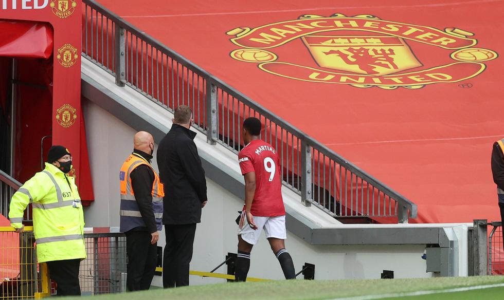 Những khoảnh khắc ấn tượng trong ngày Man Utd, Liverpool cùng bị nhấn chìm - Ảnh 9.