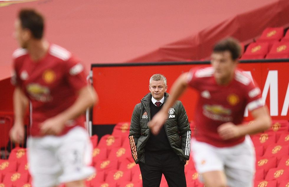 Những khoảnh khắc ấn tượng trong ngày Man Utd, Liverpool cùng bị nhấn chìm - Ảnh 13.