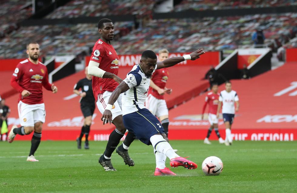 Những khoảnh khắc ấn tượng trong ngày Man Utd, Liverpool cùng bị nhấn chìm - Ảnh 11.