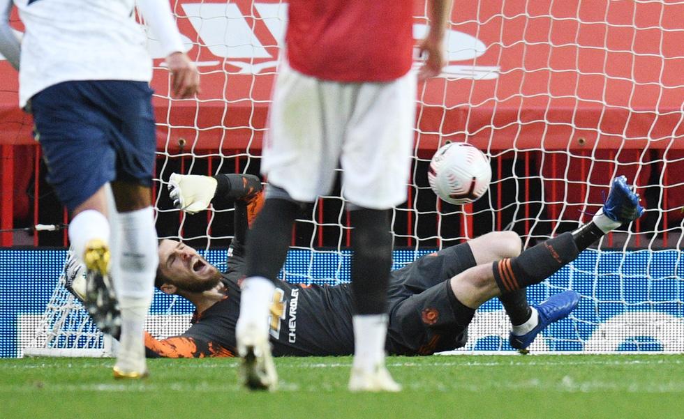 Những khoảnh khắc ấn tượng trong ngày Man Utd, Liverpool cùng bị nhấn chìm - Ảnh 12.