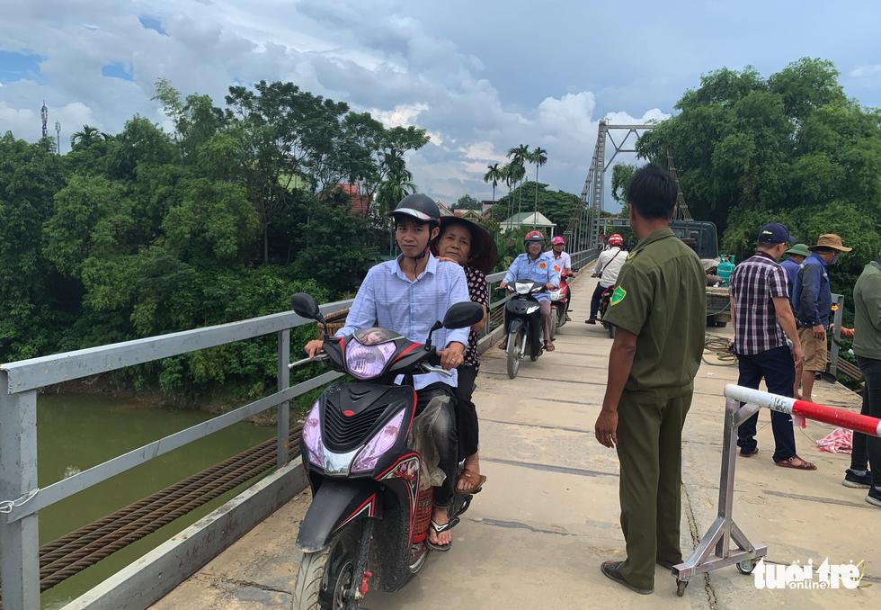 Cận cảnh cầu treo sông Giăng vụ ôtô tông xe máy rơi xuống sông, 5 người chết - Ảnh 4.