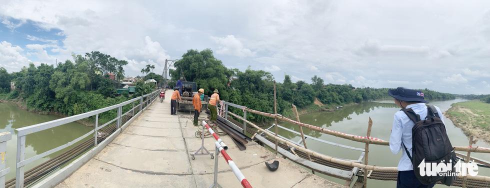 Cận cảnh cầu treo sông Giăng vụ ôtô tông xe máy rơi xuống sông, 5 người chết - Ảnh 1.