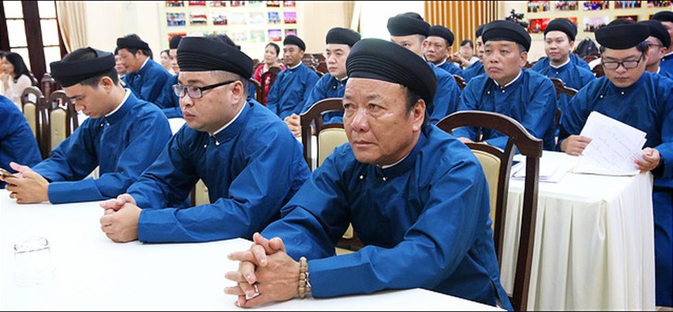 Nam công chức Huế diện áo dài đến công sở sáng thứ 2 đầu tiên của tháng - Ảnh 2.