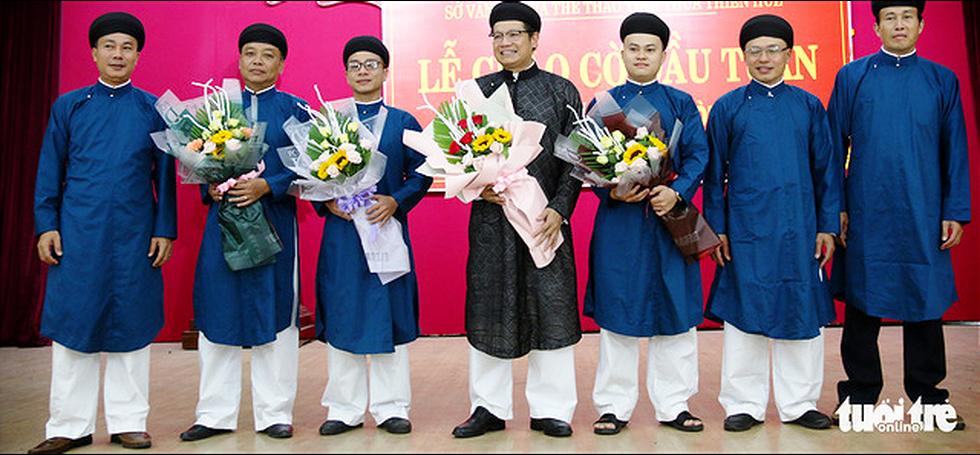 Nam công chức Huế diện áo dài đến công sở sáng thứ 2 đầu tiên của tháng - Ảnh 3.