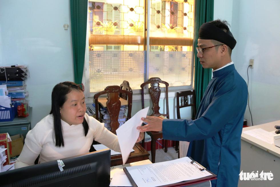 Nam công chức Huế diện áo dài đến công sở sáng thứ 2 đầu tiên của tháng - Ảnh 4.