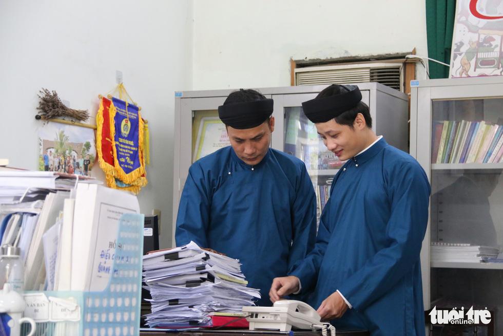 Nam công chức Huế diện áo dài đến công sở sáng thứ 2 đầu tiên của tháng - Ảnh 5.