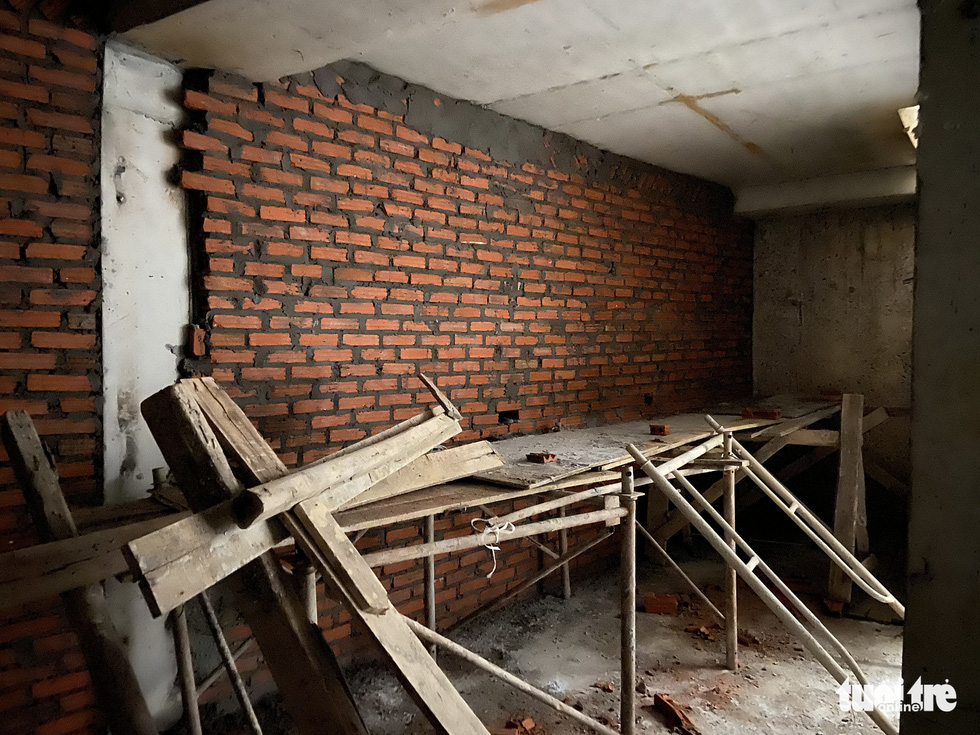 Vô trong nhà 5 tầng nổi, 4 tầng hầm: Hầm rộng mênh mông, tối om, sâu hun hút... - Ảnh 4.