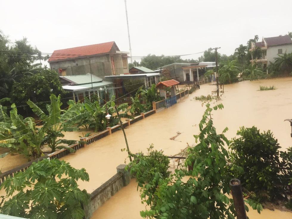 Miền Trung nơi lũ rút, nơi vẫn ngập sâu, mưa to - Ảnh 2.