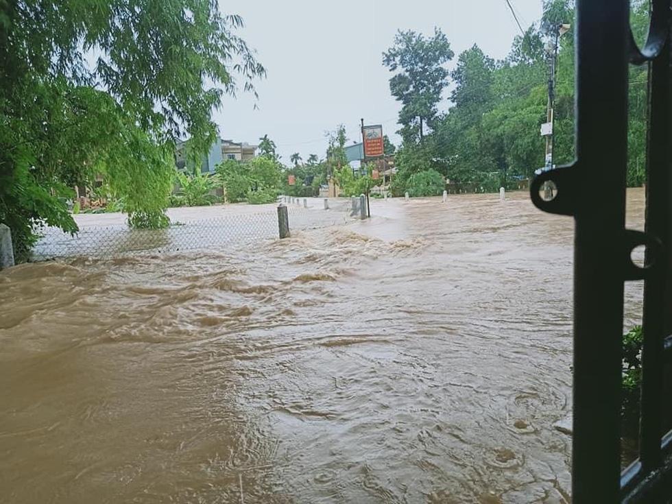 Miền Trung mưa dồn dập, nước lũ tràn vào phố cổ Hội An - Ảnh 3.