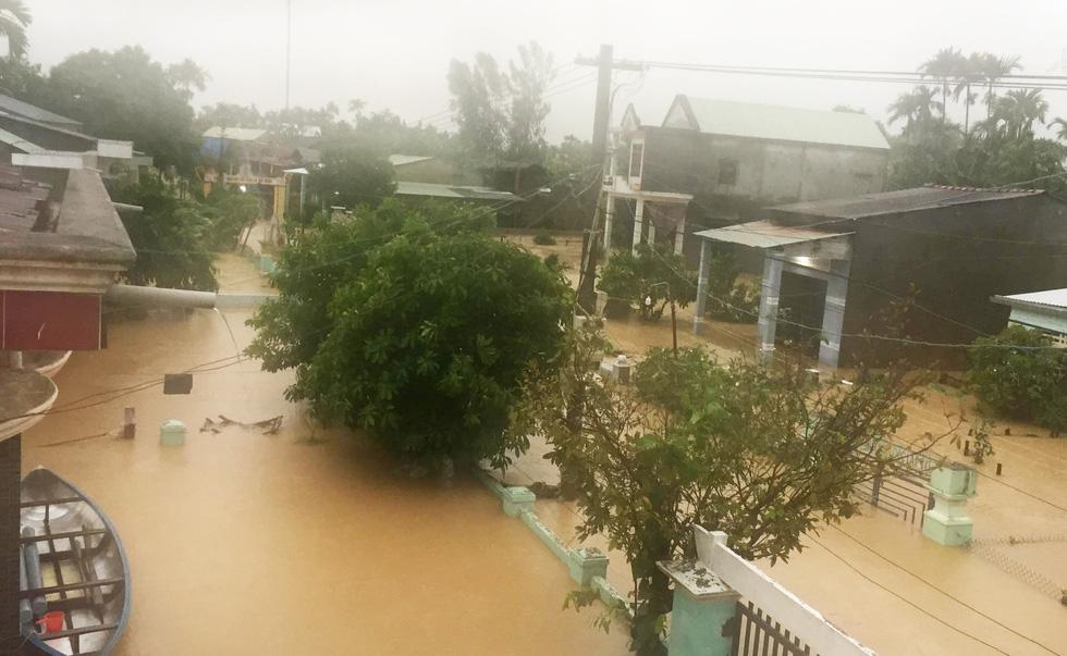Miền Trung nơi lũ rút, nơi vẫn ngập sâu, mưa to - Ảnh 12.