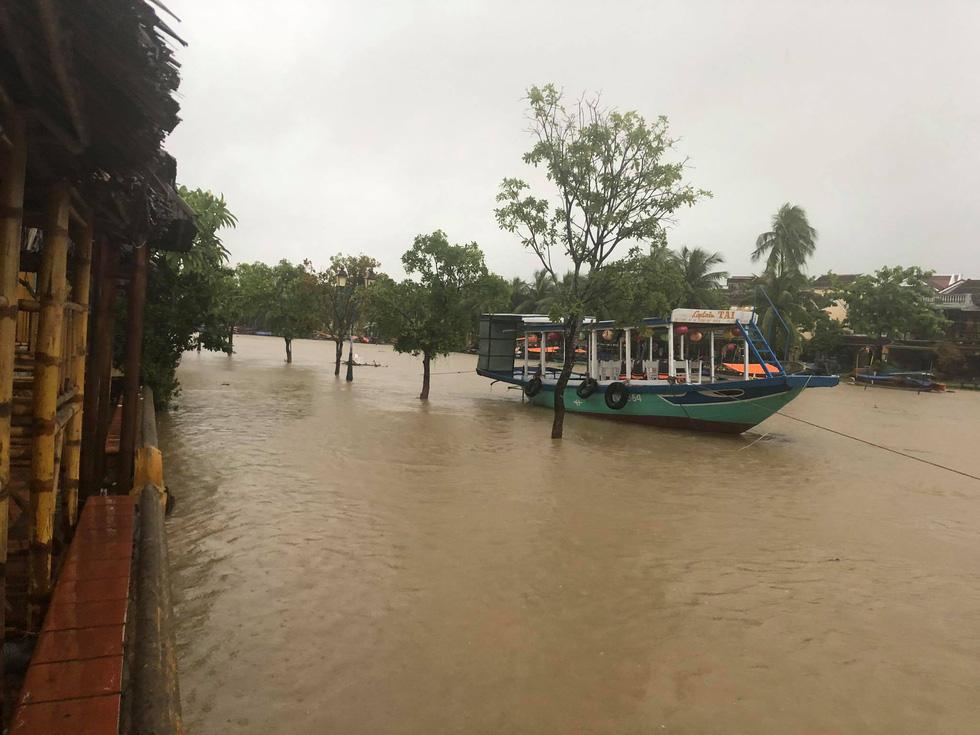 Miền Trung mưa dồn dập, nước lũ tràn vào phố cổ Hội An - Ảnh 6.