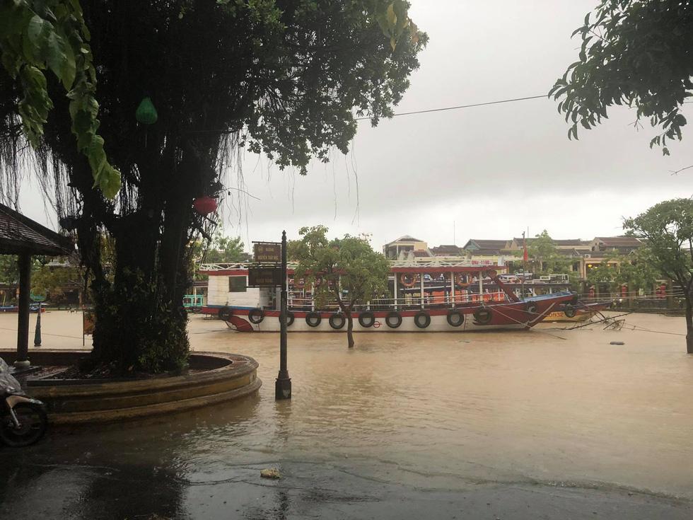 Miền Trung mưa dồn dập, nước lũ tràn vào phố cổ Hội An - Ảnh 7.