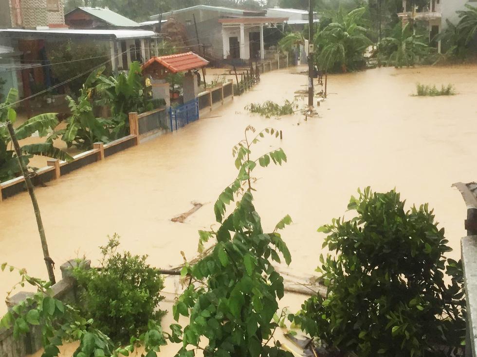 Miền Trung mưa dồn dập, nước lũ tràn vào phố cổ Hội An - Ảnh 2.