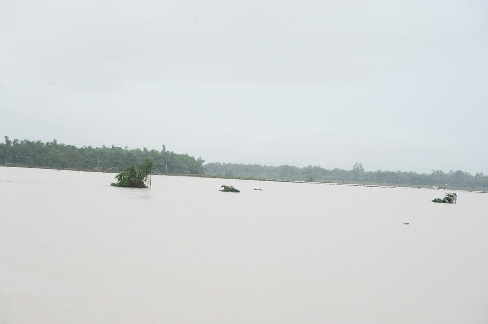 Miền Trung nơi lũ rút, nơi vẫn ngập sâu, mưa to - Ảnh 11.
