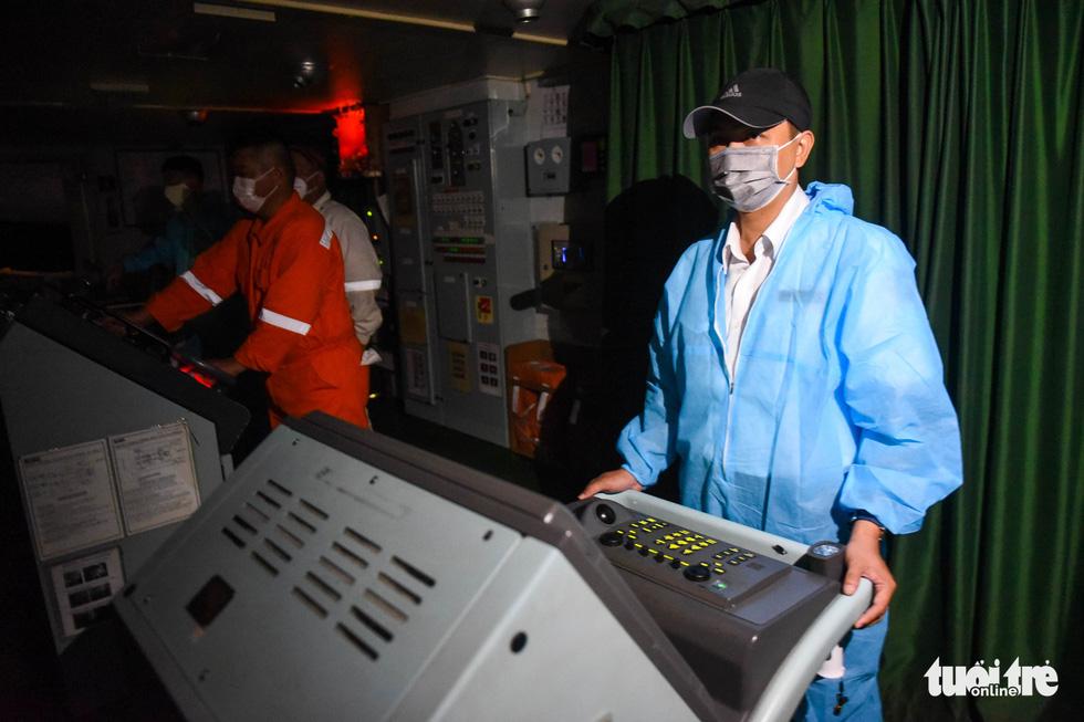 Đón tàu chở các toa metro số 1 về Sài Gòn từ phao số 0 - Ảnh 3.
