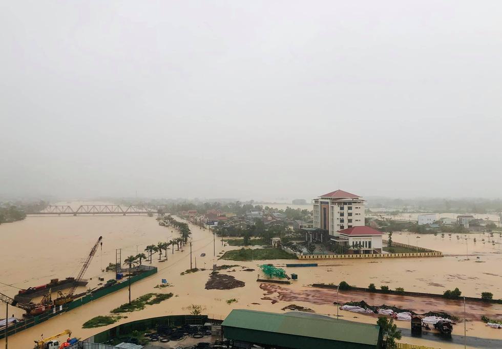 Miền Trung mưa dồn dập, nước lũ tràn vào phố cổ Hội An - Ảnh 14.