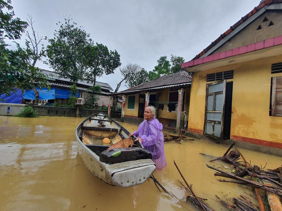 Miền Trung nơi lũ rút, nơi vẫn ngập sâu, mưa to - Ảnh 7.