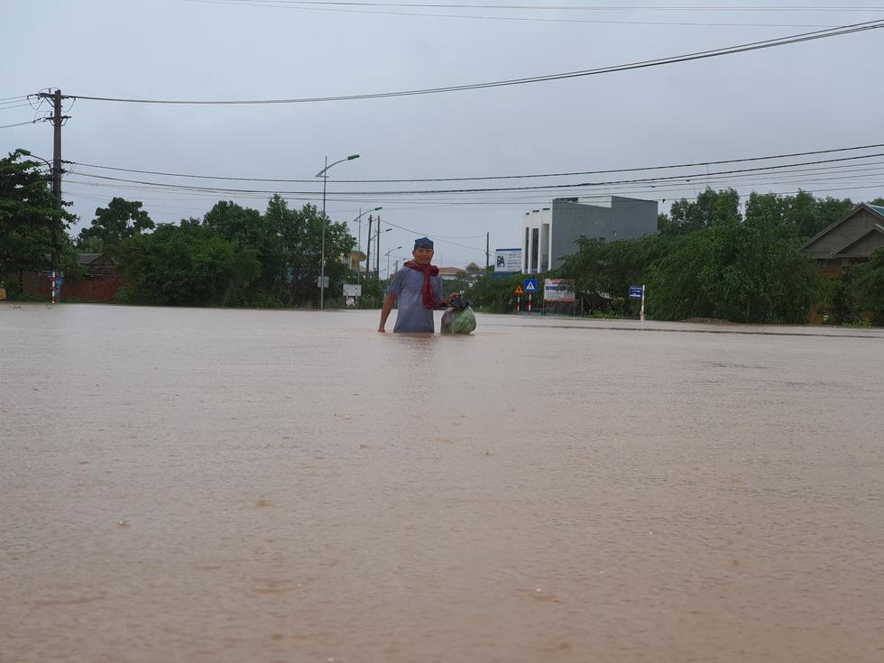 Miền Trung nơi lũ rút, nơi vẫn ngập sâu, mưa to - Ảnh 6.
