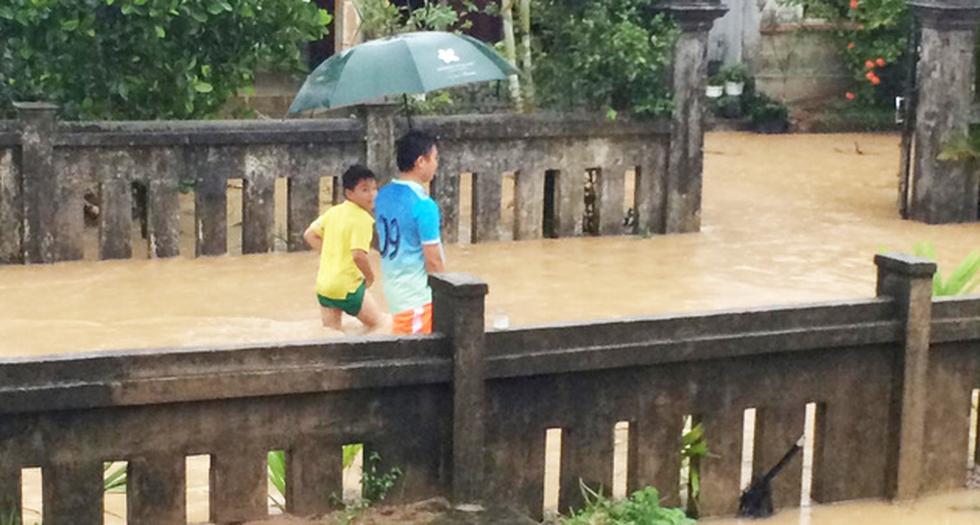 Miền Trung mưa dồn dập, nước lũ tràn vào phố cổ Hội An - Ảnh 4.
