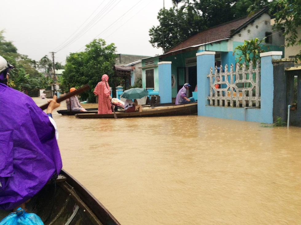 Miền Trung mưa dồn dập, nước lũ tràn vào phố cổ Hội An - Ảnh 1.