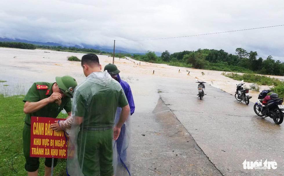 Miền Trung nơi lũ rút, nơi vẫn ngập sâu, mưa to - Ảnh 4.
