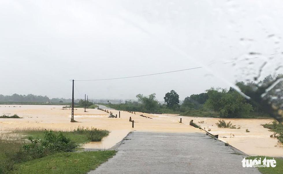 Miền Trung nơi lũ rút, nơi vẫn ngập sâu, mưa to - Ảnh 3.