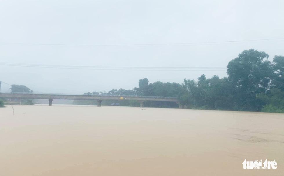 Miền Trung nơi lũ rút, nơi vẫn ngập sâu, mưa to - Ảnh 5.