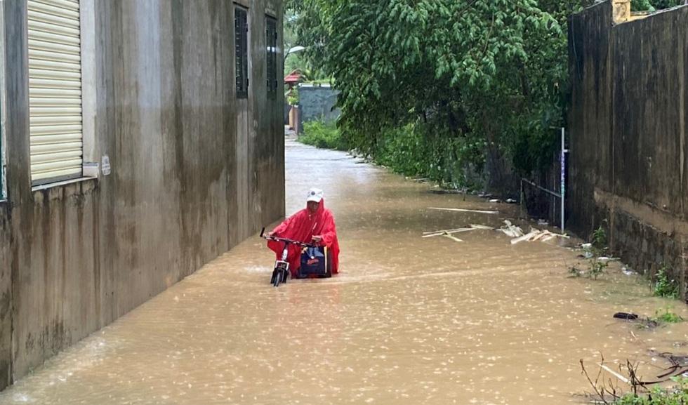Miền Trung nơi lũ rút, nơi vẫn ngập sâu, mưa to - Ảnh 9.