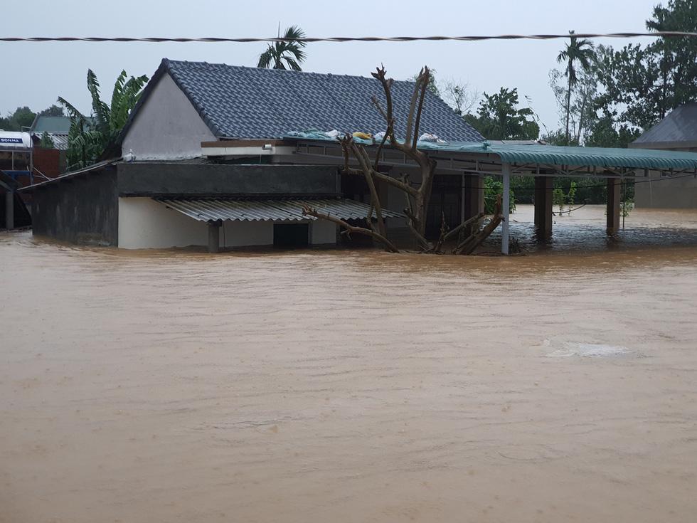 Cứu hàng trăm người dân trên nóc nhà giữa tâm lũ lịch sử ở Quảng Trị - Ảnh 5.