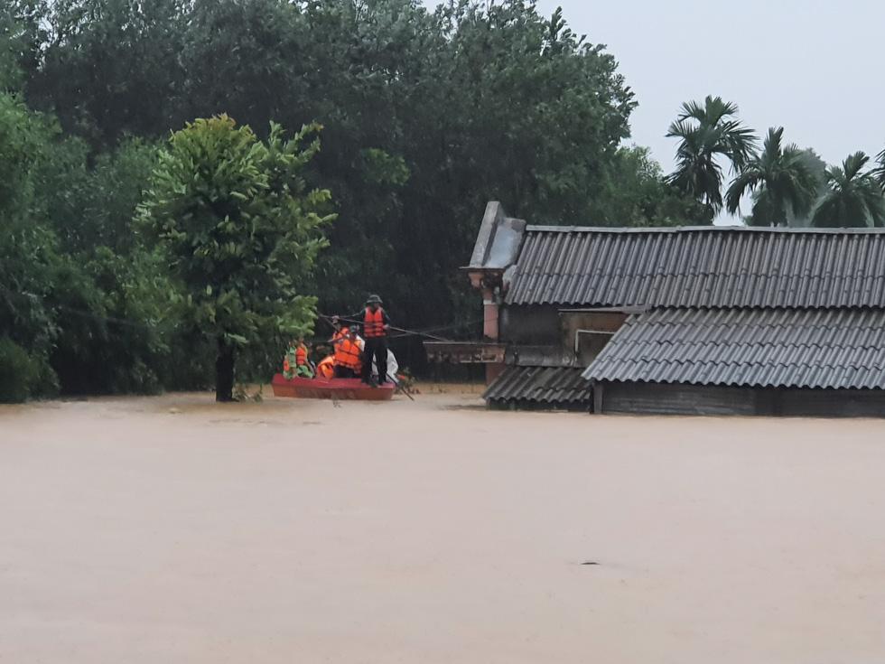 Cứu hàng trăm người dân trên nóc nhà giữa tâm lũ lịch sử ở Quảng Trị - Ảnh 3.