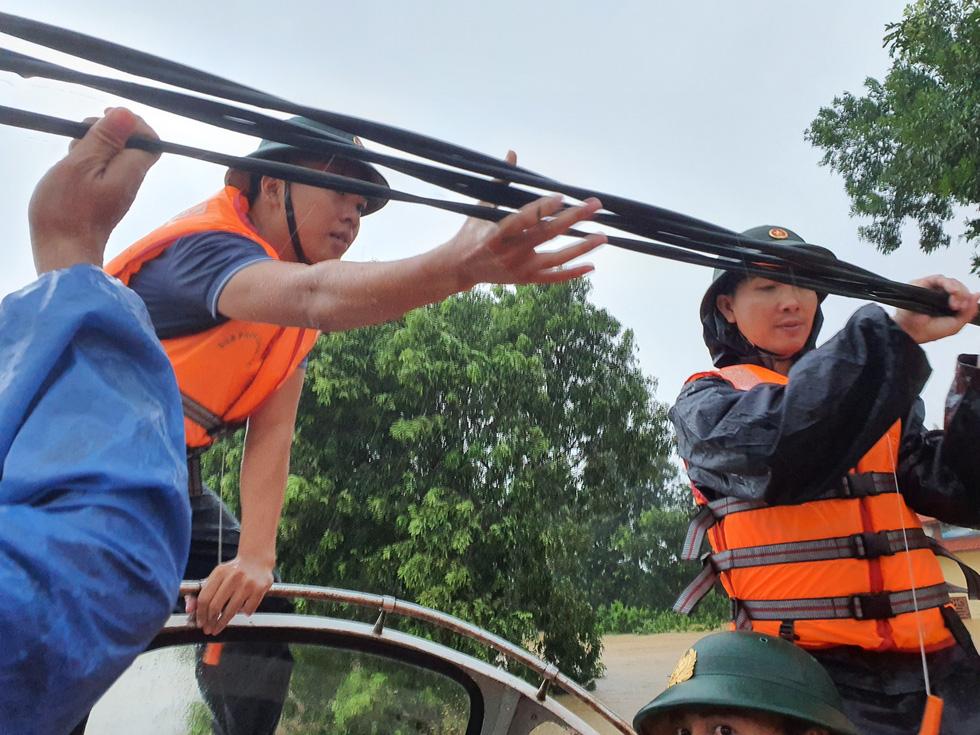 Cứu hàng trăm người dân trên nóc nhà giữa tâm lũ lịch sử ở Quảng Trị - Ảnh 7.