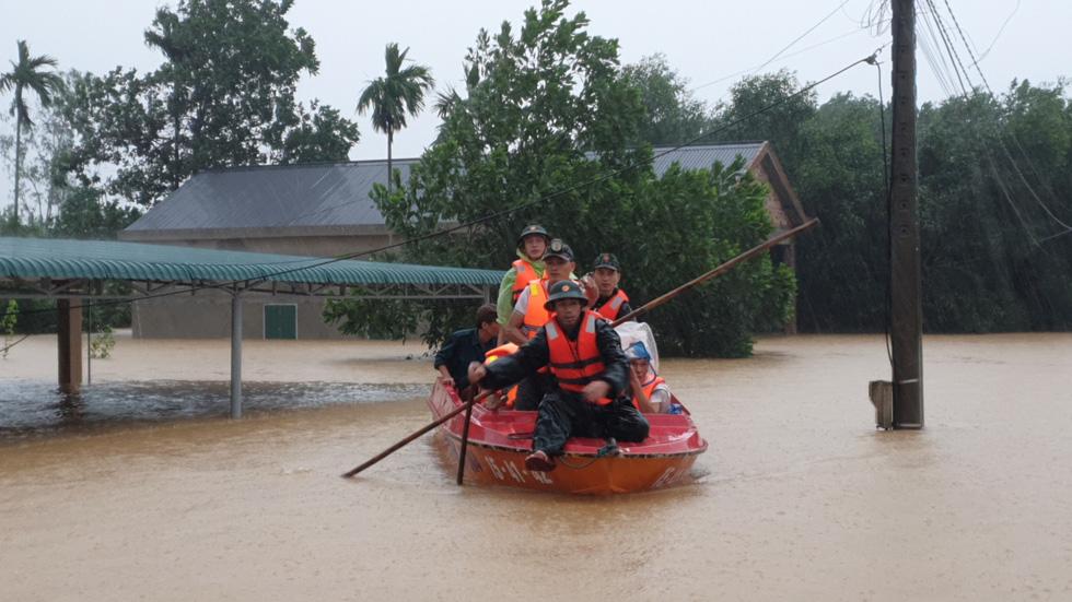 Cứu hàng trăm người dân trên nóc nhà giữa tâm lũ lịch sử ở Quảng Trị - Ảnh 2.
