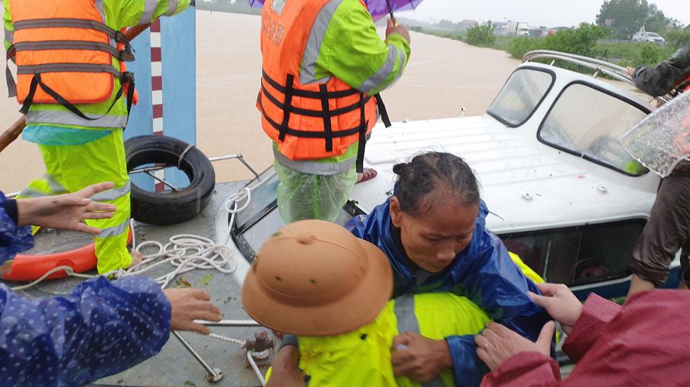 Cứu hàng trăm người dân trên nóc nhà giữa tâm lũ lịch sử ở Quảng Trị - Ảnh 10.
