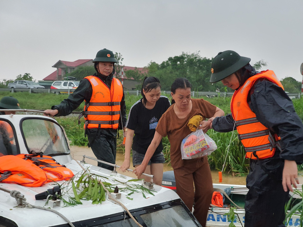 Cứu hàng trăm người dân trên nóc nhà giữa tâm lũ lịch sử ở Quảng Trị - Ảnh 9.