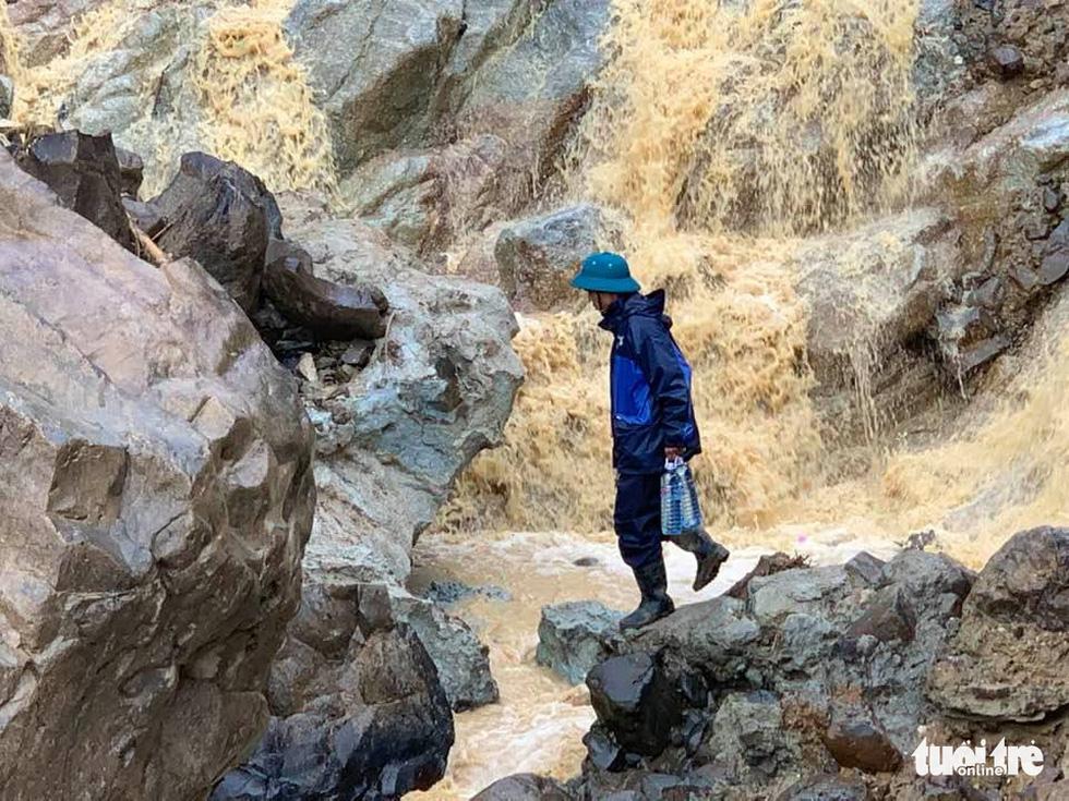 Cõng lương thực, nước uống vào vùng núi lở ứng cứu dân và công nhân thủy điện bị cô lập - Ảnh 6.