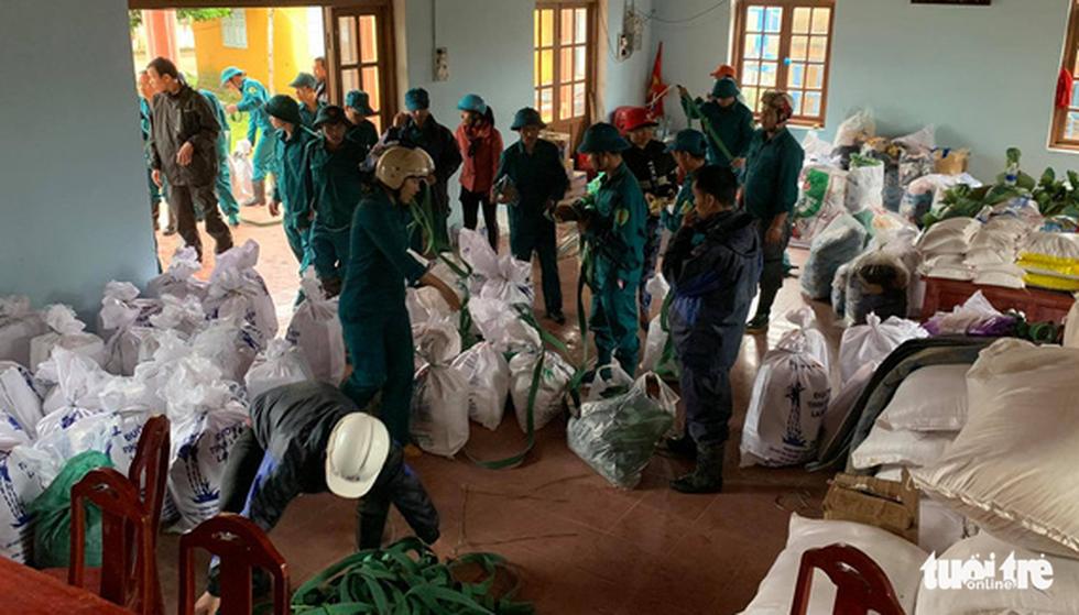 Cõng lương thực, nước uống vào vùng núi lở ứng cứu dân và công nhân thủy điện bị cô lập - Ảnh 1.