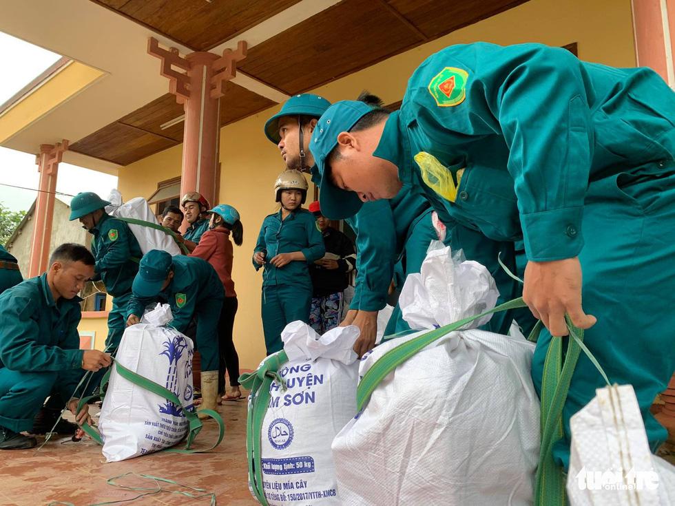 Cõng lương thực, nước uống vào vùng núi lở ứng cứu dân và công nhân thủy điện bị cô lập - Ảnh 2.