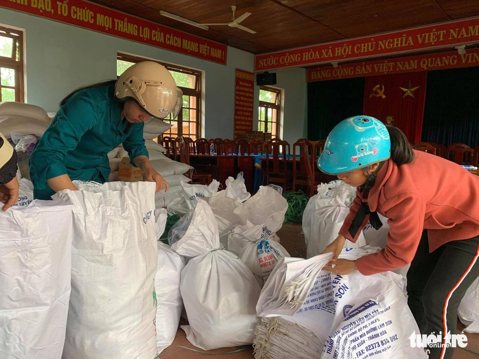 Cõng lương thực, nước uống vào vùng núi lở ứng cứu dân và công nhân thủy điện bị cô lập - Ảnh 3.