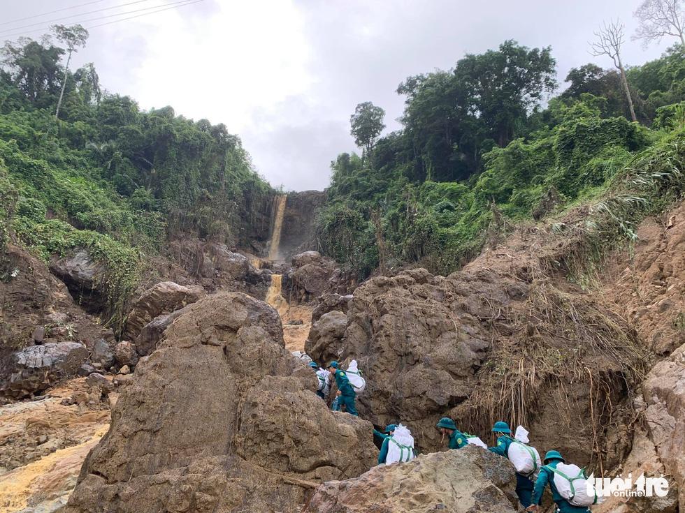 Cõng lương thực, nước uống vào vùng núi lở ứng cứu dân và công nhân thủy điện bị cô lập - Ảnh 7.